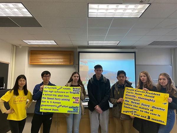 세월호참사 진상규명을 요구하는 미국 미시간대 학생들과 임소형씨 .