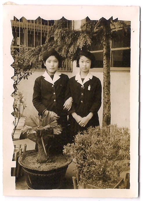 중학생 시절, 학교 교정에서 친구와 함께(오른쪽이 엄마)