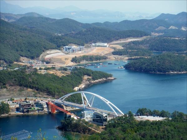 용두산(202.7m) 정상에서 내려다본 두 개의 저도연륙교. 흰색 다리가 2004년 12월에 개통된 새 저도연륙교이고, 붉은색은 '콰이강의 다리'로 불리는 옛 저도연륙교이다.