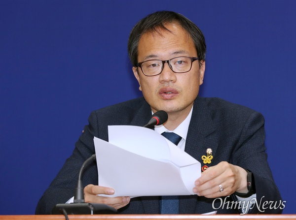 더불어민주당 박주민 최고위원이 6일 오전 서울 여의도 국회에서 열린 최고위원회의에서 모두발언을 하고 있다.