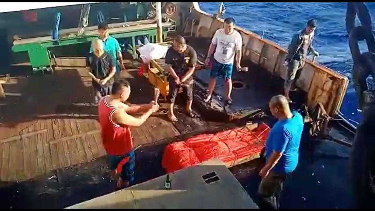 하루 18시간의 고강도 노동에 염수를 식수로 사용한 선원이 사망하자 수장하기 위해 제를 지내는 어선원들