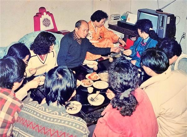 <슬픔을 자르고> 촬영 현장인 임수경 씨 집 안방에서 부모님과 식사하고 있는 촬영팀