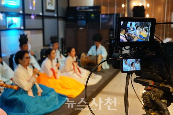 4월 28일 진행된 '사천 집콕 콘서트'에서 무관중 공연 중인 한국전통예악총연합회 사천지부.