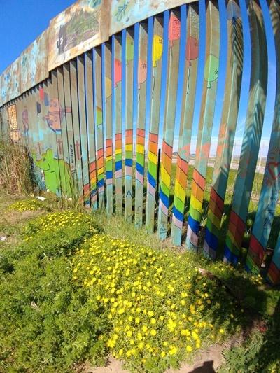 멕시코 띠후아나 해변가로 이어진 국경의 한 부분. 건너편에 미국측에서 비교적 최근 설치한 철조망이 보인다)