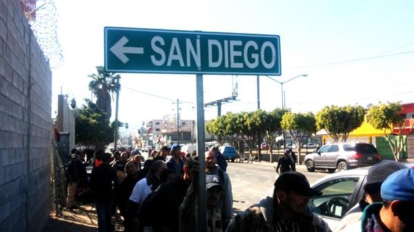 샌디에고와 띠후아나를 가르는 국경 바로 아랫쪽, 이주자와 추방자들을 위한 무료급식소 입구. 미국에서 추방되거나, 멕시코와 중앙아메리카에서 올라온 이주자들이 무료 급식을 위해 줄을 선 곳에 SAN DIEGO(샌 디에이고)라고 적힌 교통 표지판이 슬프고 아이러니하다.