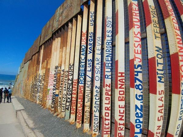 국경 철조망에 이주 과정에서 목숨을 잃은 자들의 이름이 적혀 있다.