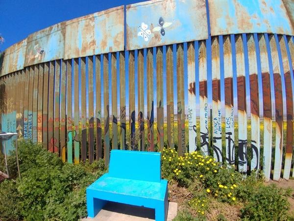 띠후아나 해변가 국경. 철조망에 적힌 이름은 이주 과정에서 죽거나 실종된 사람들이다.