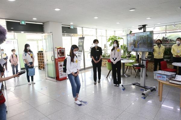 5월 6일 김해 관동초등학교에서 열린 로나19 감염병 대응 모의훈련.