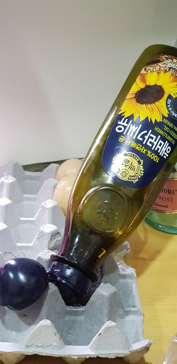 다 쓴 기름병 달걀판 위에 다 쓴 기름병을 기울여 놓아서 기름 찌꺼기를 뺌.