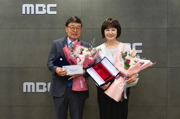 <싱글벙글쇼>의 DJ 강석(왼쪽), 김혜영 씨가 6일 상암 MBC 본사에서 열린 강석, 김혜영의 싱글벙글쇼' 감사패 수여식에 참석해 기념사진을 찍고 있다.