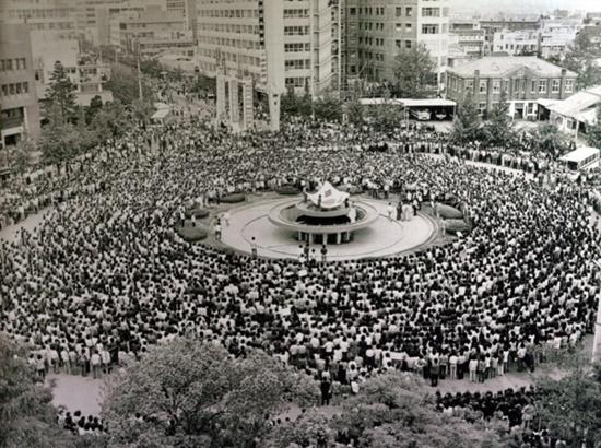 광주민주화운동 당시 전남 도청 앞 분수대에서 열린 시민궐기대회(1980. 5.)