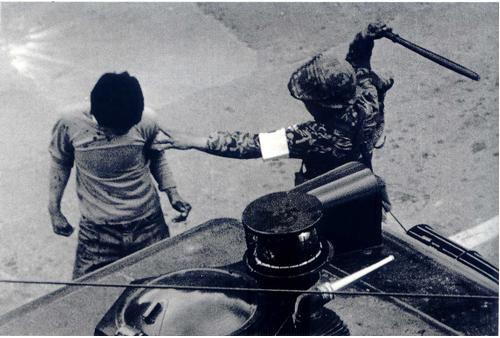 광주민화운동 당시 계엄군의 시민 구타 장면(1980. 5.)