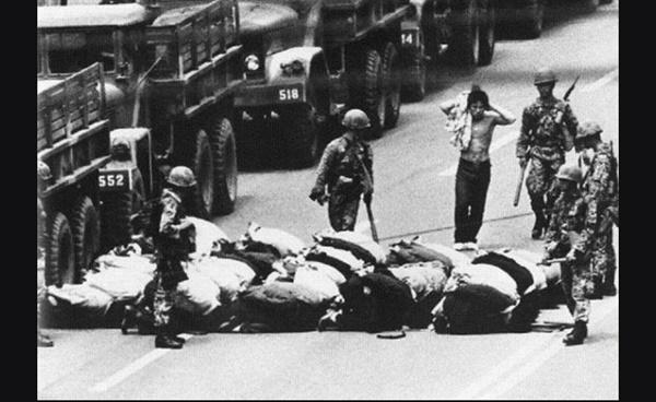 광주민화운동 당시 시위대 시민들이 계엄군에게 연행되고 있다(1980. 5.)