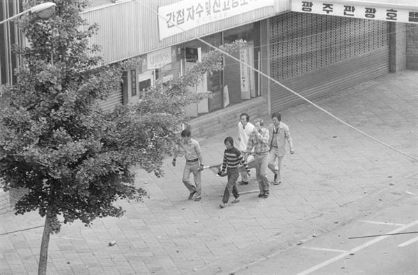 평화봉사단 소속 팀 원버그(Tim Warnberg)의 모습을 담은 5.18민주화운동 당시 사진.