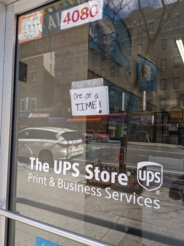 뉴욕 UPS 사회적 거리두기의 일환으로 한 번에 한 명씩 들어가서 우편업무를 진행하고 있다.