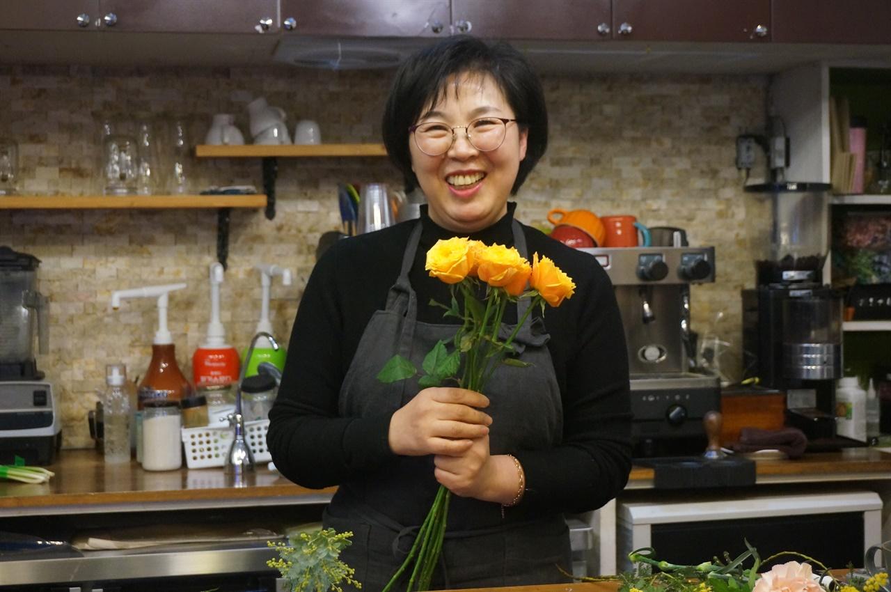 <플로렌스 플라워> 정숙자 님이 꽃처럼 환하게 웃고 있다. 그녀가 꽃이다.