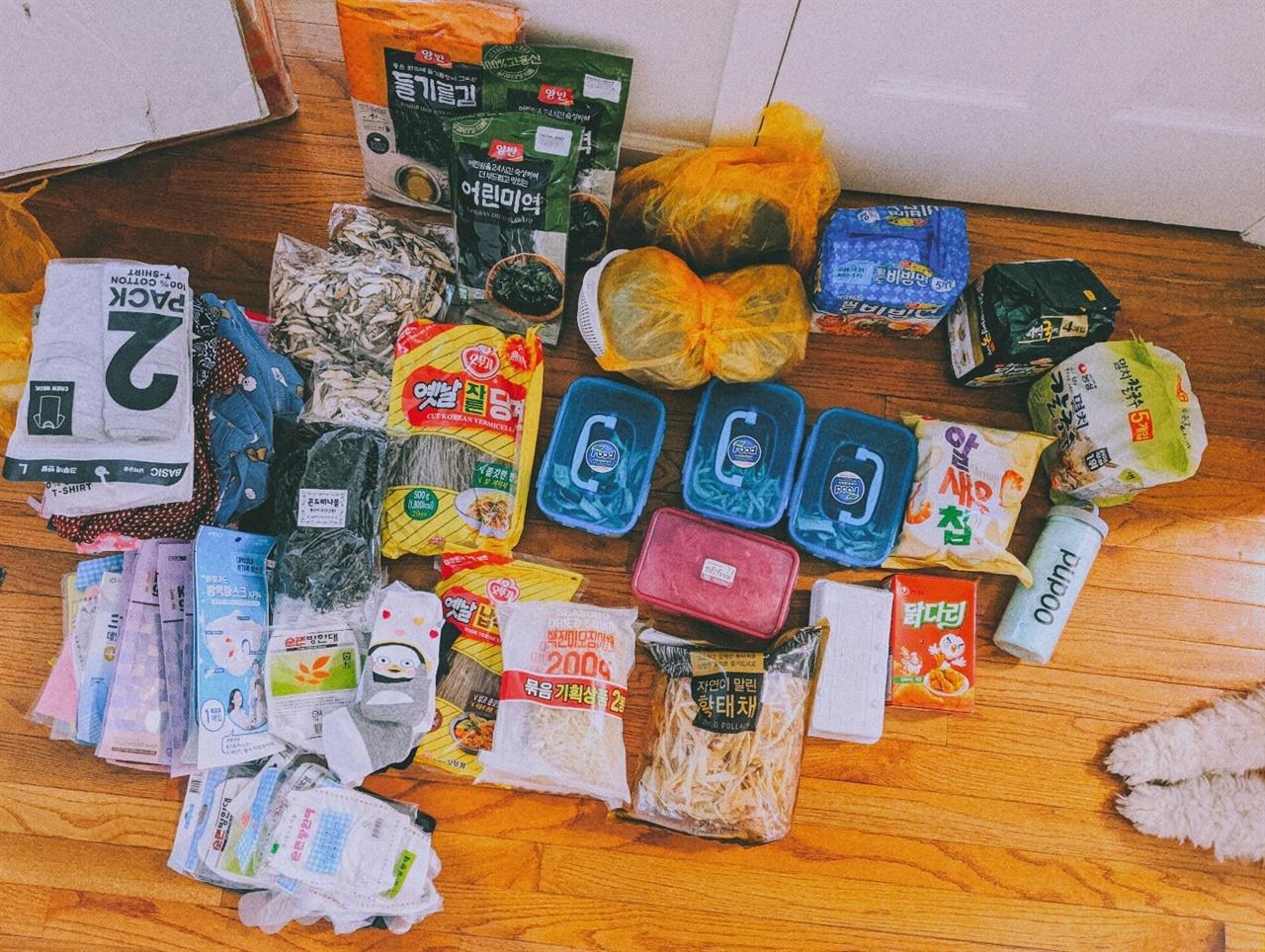 한국에서 도착한 택배 한국에 있는 가족들이 뉴욕으로 공적마스크와 먹을 것 등을 잔뜩 보내주었다.