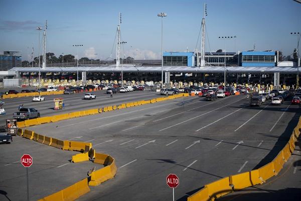 2020년 3월 21일 멕시코 바하 캘리포니아 띠후아나에서 미국으로 건너가는 여행자가 거의 없어서 산 이시드로(San Ysidro) 입국 국경 건널목이 비어 있다.