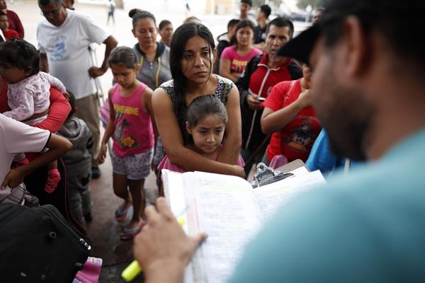 지난 2018년 7월 26일 멕시코 출신의 한 여성이 딸과 함께 미국으로 건너가는 난민 신청 절차를 밟기 위해 명단에 이름을 올리고 있다.