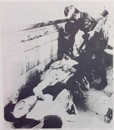 평화봉사단 소속이었던 데이비드 돌린저가 518민주화운동 당시 찍은 사진. 이 사진은 5.18 직후 미국의 잡지 <Covert Action>에 실리기도 했다.