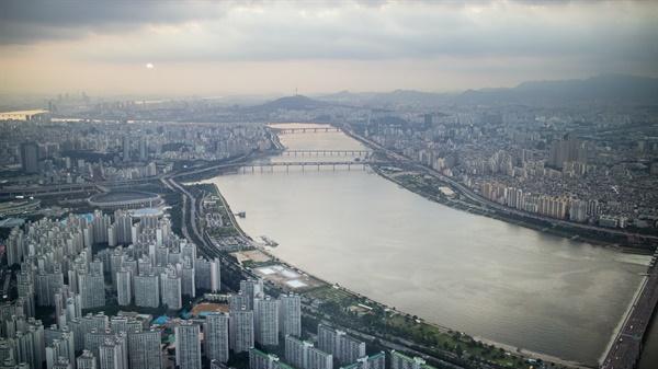 서울의 이 많은 집 중에 왜 내가 살 곳은 없는 걸까.