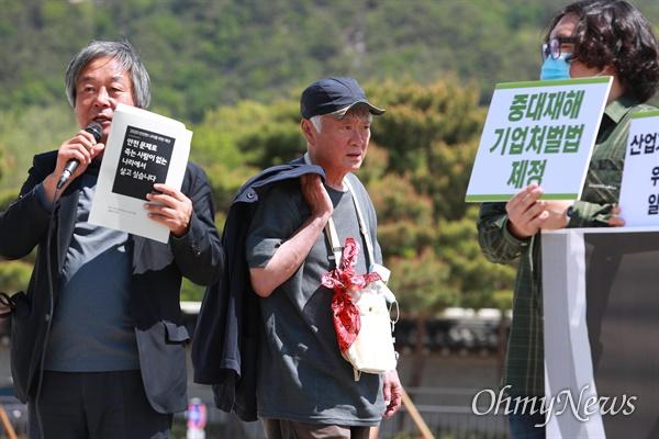 김훈 작가가 7일 오전 청와대 분수대앞에서 열린 '문재인 정부 출범 3주년 및 이천 참사 즈음 안전한 나라를 위한 제안 - 재난, 산재 피해가족 및 시민사회단체 기자회견'에 참석하기 위해 도착하고 있다.
