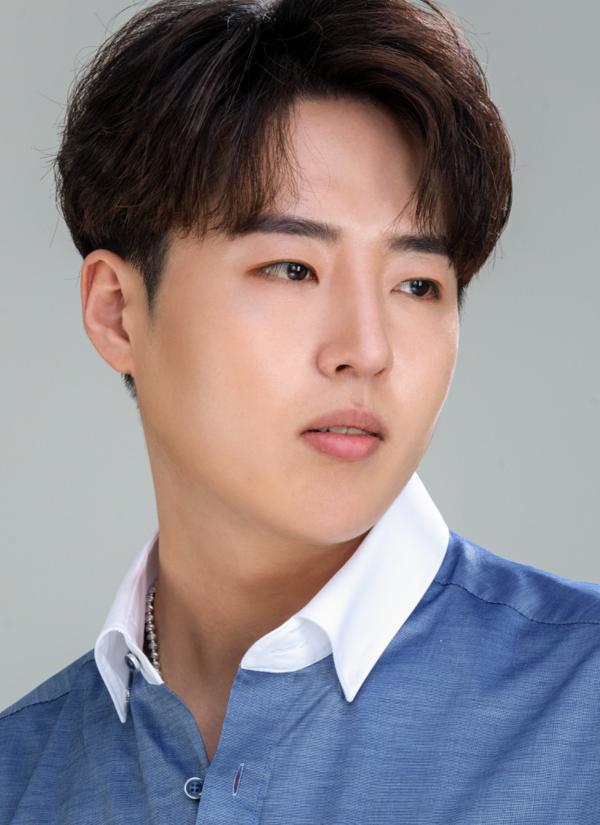 사천 출신 최윤하 씨(26)가 성빈(SungBin)으로 이름을 바꾸고, 트로트 가수로 정식 데뷔한다.(사진=유비콘비세븐)