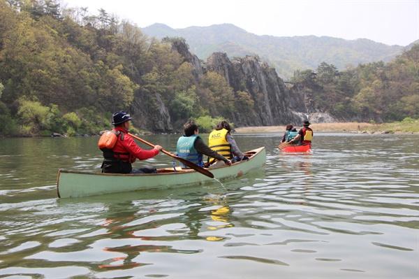 푸른 암벽 병풍 되어 못을 이룬 강