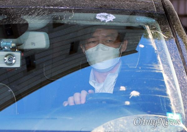 조국 전 법무부장관이 8일 오전 유재수 전 부산시 경제부시장 감찰 무마 사건의 첫 공판에 출석해 오전 일정을 마친 뒤 법원을 떠나고 있다.