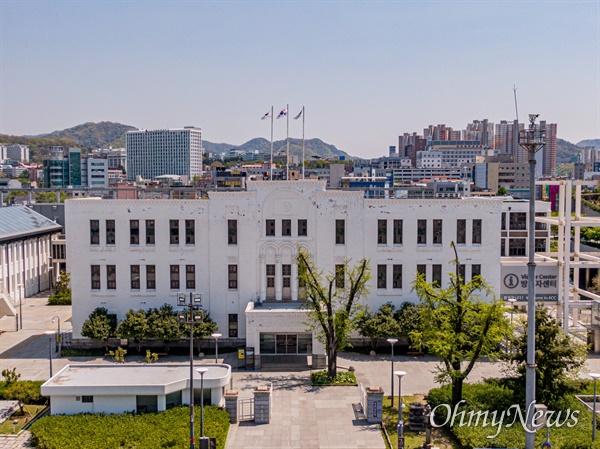 5.18 민주화운동의 핵심 장소인 광주 동구 광산동에 위치한 구 전남도청사. 국가등록문화재 제16호로 2002년 지정 되었다.
