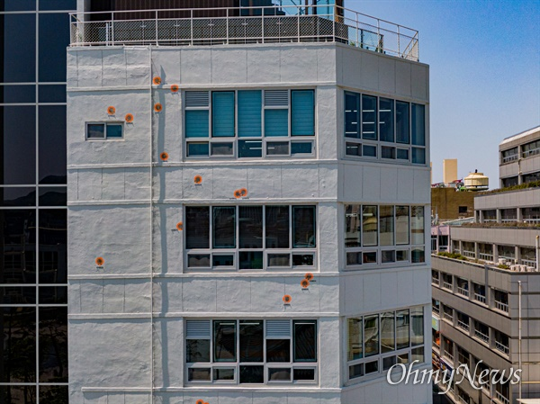 광주 5.18민주화운동 당시 군 헬기의 사격으로 남아 있는 탄흔을 전일빌딩 외벽을 '복합문화공간 전일빌딩245'로 리모델링하며 알아보기 쉽게 주황색 테두리로 표시했다.