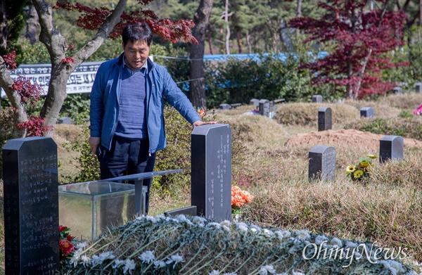 평화봉사단 소속 팀 원버그(Tim Warnberg)씨를 기억한 이흥철씨가 광주 망월도 민주묘역에서 5.18 민주화 운동으로 희생된 동료들의 묘를 찾아가 생각에 잠겼다.