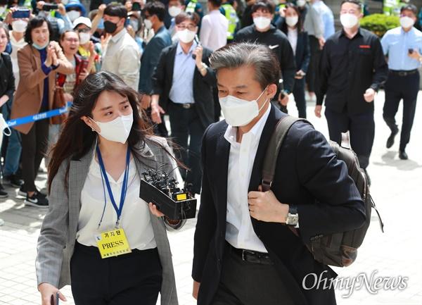 조국 전 법무부장관이 8일 오후 유재수 전 부산시 경제부시장 감찰 무마 사건의 첫 공판 오후 일정에 출석하기 위해 서울중앙지법에 도착하고 있다.