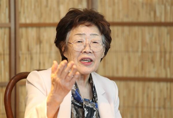 일본군 '위안부' 피해 생존자인 이용수 할머니가 지난 7일 오후 대구시 남구 한 찻집에서 열린 기자회견에서 수요집회를 없애야 한다고 주장하는 내용의 기자회견을 하고 있는 모습.