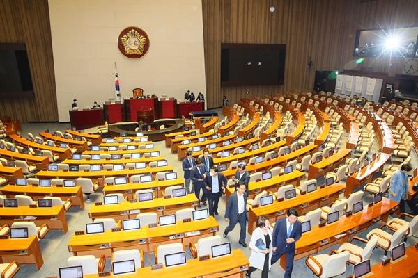 8일 국회 본회의장에서 열린 제377회 국회(임시회) 제4차 본회의에서 '대한민국헌법 개정안'이 의결정족수 부족으로 인한 투표불성립으로 폐기되자 투표에 참여한 의원들이 퇴장하고 있다.