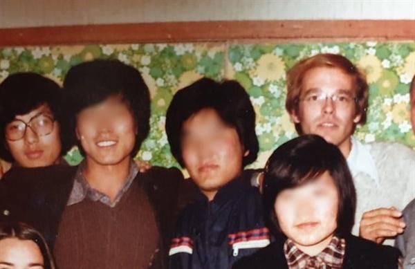 1980년 '광주자원봉사단'의 모습을 담은 사진 일부. 오른쪽 상단의 외국인이 평화봉사단 소속의 팀 원버그이고, 좌측 상단의 인물이 사진을 보내온 당시 전남대 의과대 1학년 안영주씨이다.