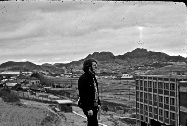1971~1974년 광주에서 평화봉사단으로 활동했던 도널드 베이커. 1980년 연구를 위해 서울에 머물고 있던 그는 1980년 5월 27일 광주에 가 5.18민주화운동의 참상의 끝자락을 목격했다. 그는 현재 캐나다 브리티시컬럼비아대학 아시아학과 교수로 재직 중이다. 사진은 평화봉사단으로 근무하던 시절의 도널드 베이커.