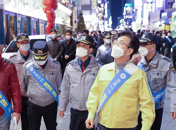 지난달 10일 야간 허태정 대전시장과 경찰관계자들이 서구 둔산동 소재 감성주점들을 점거하고 있다.