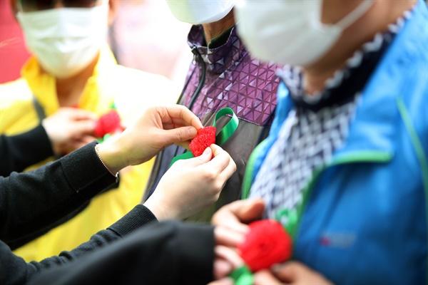 어버이날인 지난 8일 오후 대구시 서구제일종합사회복지관에서 자원봉사자들이 지역의 홀로사시는 어르신들에게 카네이션을 달아드리고 있다.