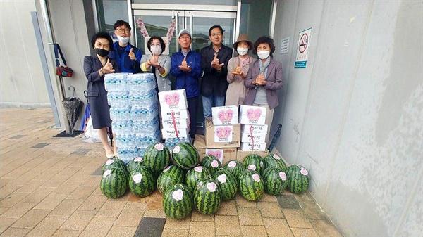 '사람사는세상을꿈꾸는창원시민'이라는 단체가 9일 마산의료원에 물품을 기탁했다.