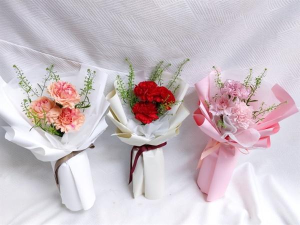 하늘로 보내는 카네이션 직접 가슴에 달아주지 못하는 그리움담아 하늘로 보내는 마음 꽃