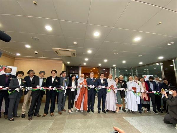 제주불교 동백으로 화현하다 개막 2020년 5월 11일 조계사에 있는 한국불교역사문화기념과 나무갤러리에서 '제주4·3과 불교'라는 주제로 전시회가 개막되었다.