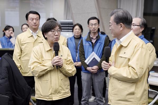 문재인 대통령은 지난 3월 11일 질병관리본부를 방문해 정은경 본부장을 만났다.