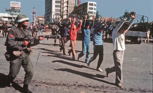폴 코트라이트의 회고록 <5.18 푸른 눈의 증인>에 실린 로빈 모이어의 사진. 폴은 1980년 5.18민주화운동 당시 <타임> 사진기자였던 로빈의 취재를 도왔다. 계엄군이 광주를 다시 점령한 5월 27일, 전남도청 인근의 시위대들이 어디론가 끌려가고 있다.