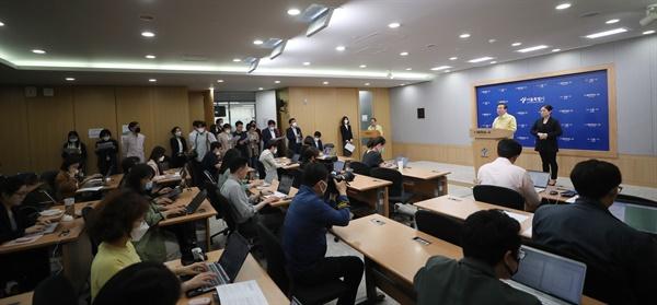 박원순 서울시장이 11일 시청에서 신종 코로나바이러스 감염증(코로나19) 관련 브리핑을 하고 있다.