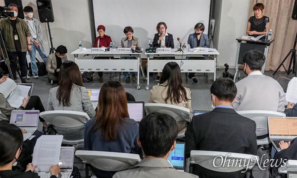 이용수 할머니가 일본군성노예제문제해결을 위한 정의기억연대의 활동에 대해 비판을 제기한 것에 대응해 정의기억연대가 11일 오전 서울 마포구 인권재단 사람에서 기자회견을 열고 한경희 사무총장 발언을 하고 있다.