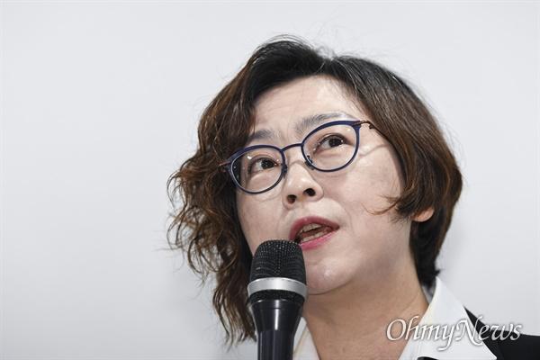 이용수 할머니가 일본군성노예제문제해결을 위한 정의기억연대의 활동에 대해 비판을 제기한 것에 대응해 정의기억연대가 11일 오전 서울 마포구 인권재단 사람에서 기자회견을 열고 이나영 이사장이 발언을 하고 있다.