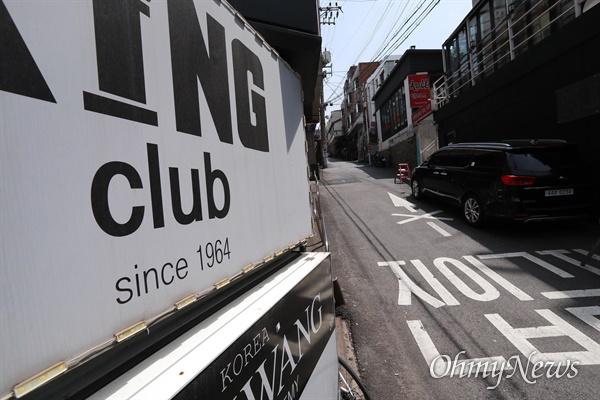 11일 오전 코로나19 집단 감염이 발생해 클럽과 식당 등이 문을 닫은 서울 용산구 이태원 거리.