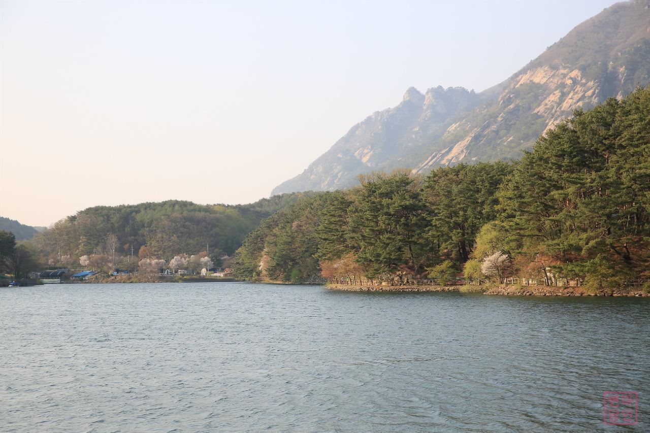 산정호수 둘레길 명성산 기슭에 위치한 산정호수는 1925년 부족한 농업용수를 위해 축조된 인공저수지로, 포천의 대표적인 국민관광지이다. 산정호수의 둘레만 3.6 km에 달한다.