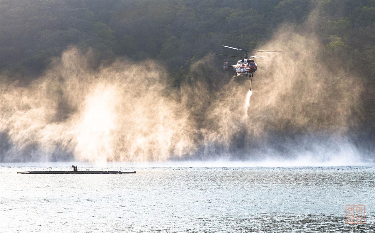 산정호수   1925년 농업용수용으로 축조된 산정호수는 인근 화재지 방화수 보급지이기도 하다. 지난 달 25일 이천 물류창고 화재시 투입된 산림청 소속의 소방헬기가 물을 보충하고 있다.